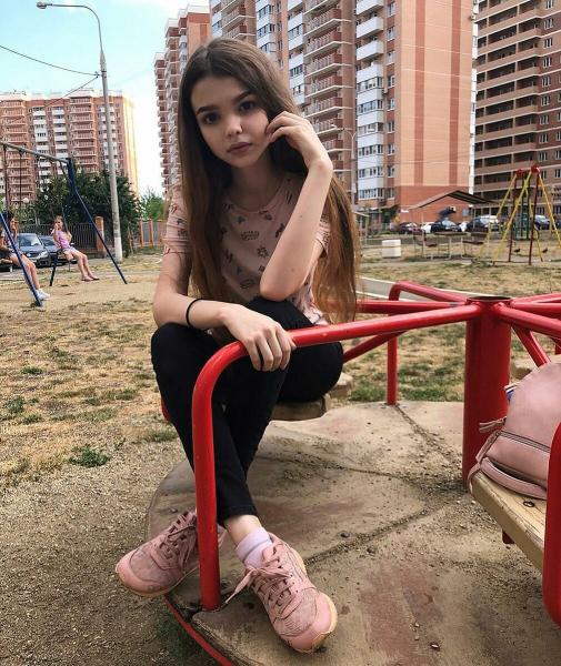 Девушка неопределенного возраста из инстаграмм под ником «Лучезарная» с внешностью куклы