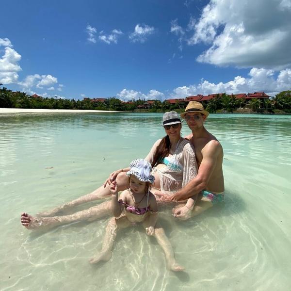 Пользователи сети не обнаружили родинок на животе Рапунцель на свежих снимках с Острова любви - фото