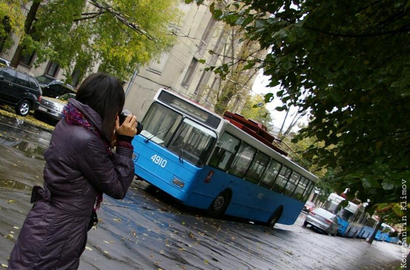 Москва, троллейбус и девушки. Женская красота на фоне самого лучшего транспорта в мире
