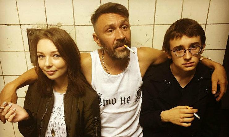Знаменитый артист Сергей Шнуров похвастался слишком легко одетой молодой женой