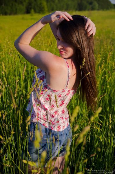 Красивая девушка в чистом поле. Летняя фотосессия.