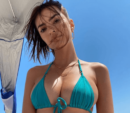 «Горячие» фото Эмили Ратаковски на пляже в откровенном бикини заставили подписчиков спорить