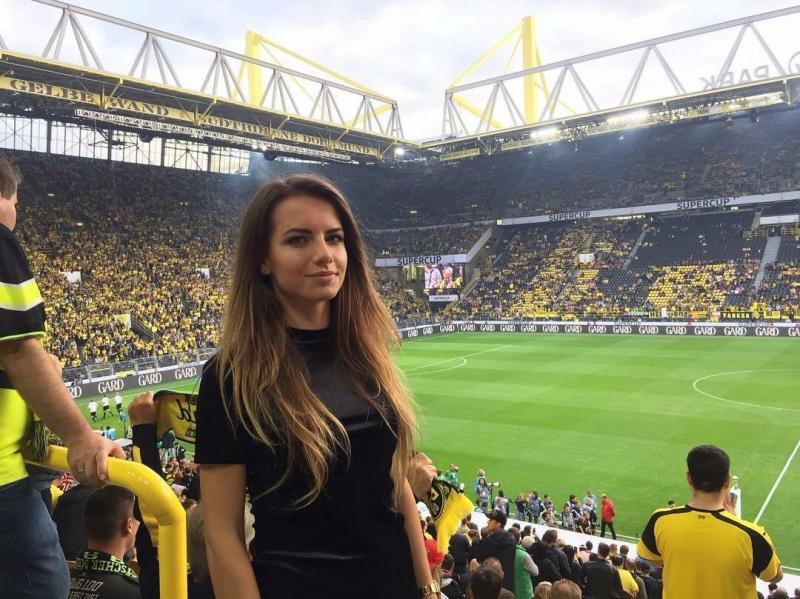 Очаровательная девушка-арбитр, разбирающаяся в футболе. Чем она привлекла внимание