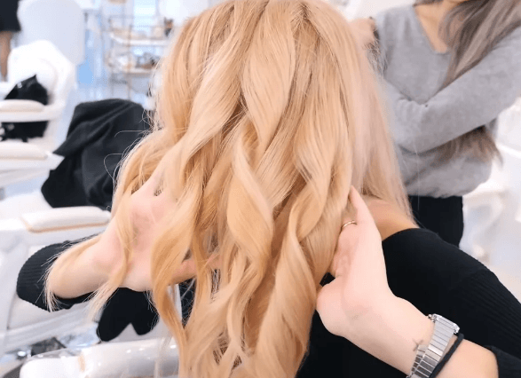 Кореянку перекрасили из брюнетки в блондинку: как она стала выглядеть