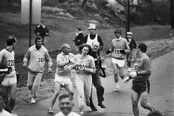 Картин Швитцер. Её прогоняли с марафона, потому что она женщина.