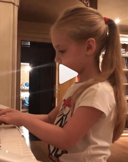 Пользователи инстаграма всё чаще сравнивают детей Рудковской и детей Галкина, и сравнение не в пользу первых.