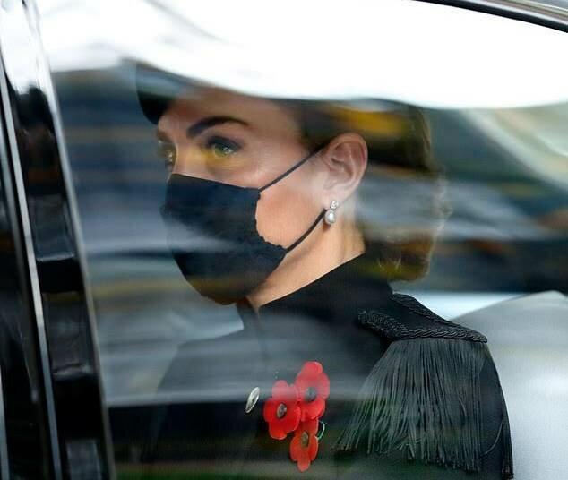 Королевская семья включая Кейт Миддлтон посетила воскресную службу у Кенотафа
