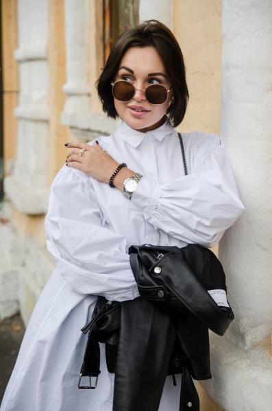 Прекрасная шатенка и её фотосессия на тихих улицах Москвы, вдали от лишних глаз
