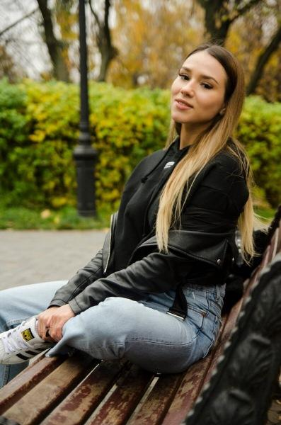 Сфотографировал стройную красавицу Карину. Осенняя фотосессия в центре Москвы