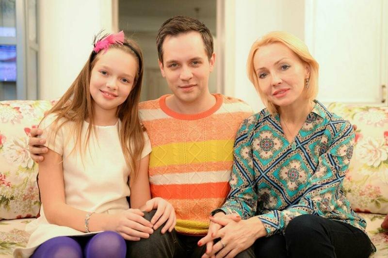 Как сейчас живет экс-солист группы «Корни» Асташонок с женой, которая намного старше?