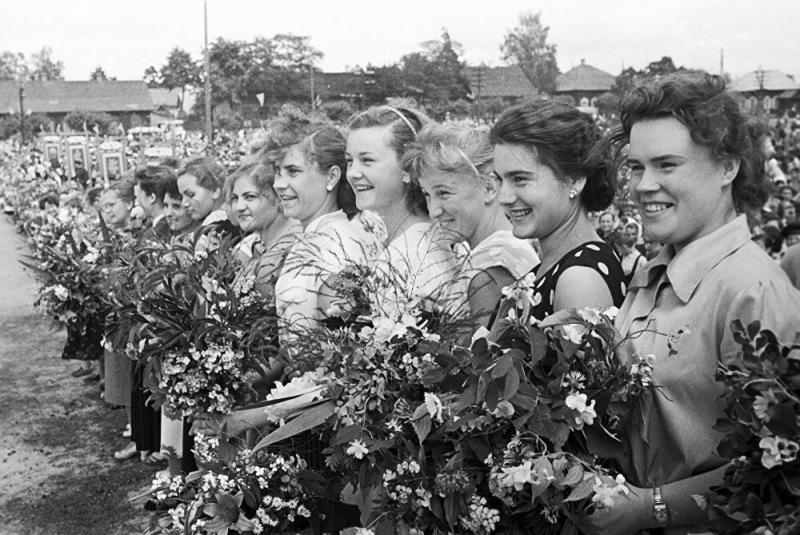 Красавицы, спортсменки, комсомолки — Снимки молодых девушек из СССР. Часть 11