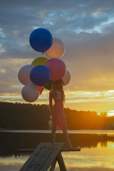 Девушка с воздушными шарами: портреты для Марии на берегу озера.