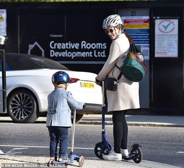 Первое фото после рождения дочери: Пиппа Миддлтон с семьей и новорожденной дочкой попала в объективы папарацци