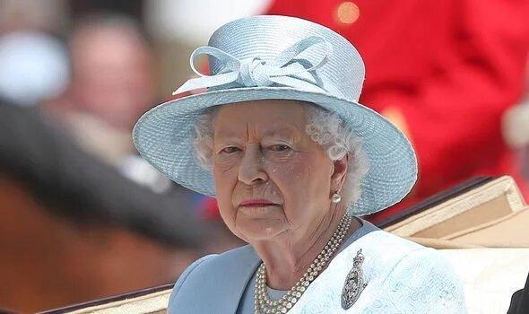 Пользователи сети полностью поддержали Елизавету II и пристыдили американских ведущих, которые требовали извиниться перед Меган.