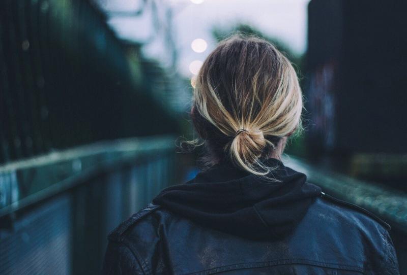 Не понимаю, для чего многие женщины после 35-40 лет обрезают волосы и перекрашиваются в блондинок?