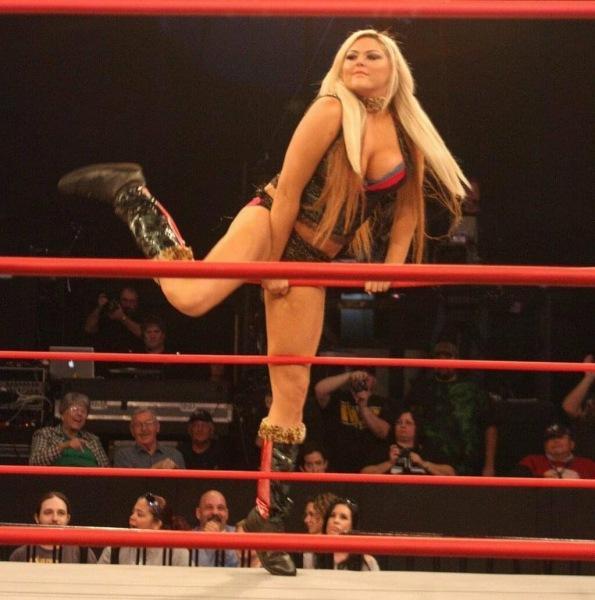 Гигантская девушка, которую называют «Амазонка Исида». Блондинка с 107 кг мышц и 206 см роста. Что с ней стало через 10 лет