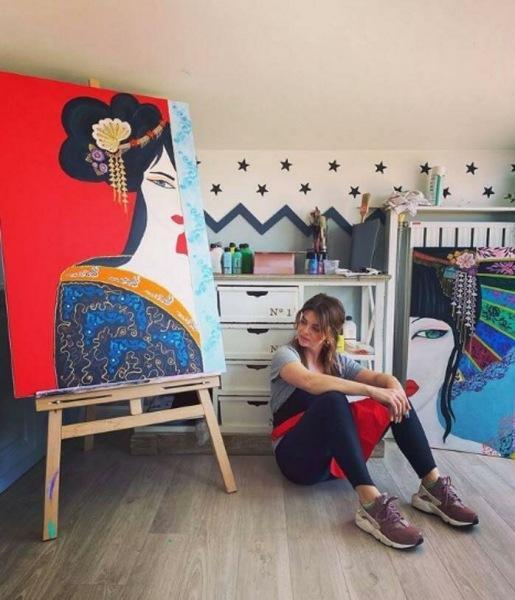 Большой особняк, сад с бассейном и уютная мебель: какую обстановку выбрала Пелин Карахан для своего дома