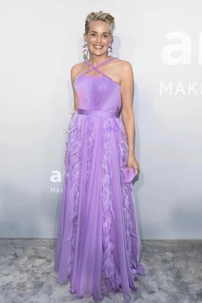 Шэрон Стоун в платье Dolce & Gabbana и украшениях Chopard на благотворительном гала-вечере amfAR